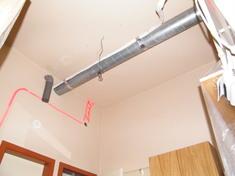 A hangszigeteléskor figyelembe kellett venni a szellőzőcsövet, amelyet így beépítettünk a szerkezetbe. A villanyvezetékeket felfestettük a falra, nehogy megfúrjunk egyet is.