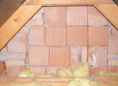 A tetőrészben elégtelenül megépített téglafal hibája.