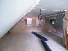 A tetőtéri födém kiegyenlített száraz állapotban várta a PhoneStar hanggátló rétegeket.
