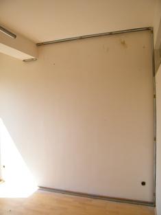 A hanggátló előtétfal elemeinek rögzítése a mennyezeten, falon és padlón.