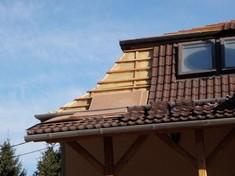 A tetőcserepek megbontása a hangszigetelő rétegek elhelyezésének érdekében.