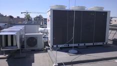 A klímaberendezés hangszigetelés nélkül nagyon erős zajforrásnak bizonyult, ezért a környező épületek zajvédelmét meg kellett oldani.