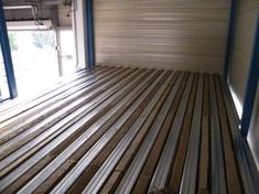 A hanggátló rétegek fogadó felülete egy 300 kg/m2 teherbírásra tervezett bordás lemez padló volt. Ennek bordái kőzetgyapot darabokkal lettek kitöltve.