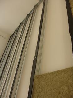 A 4 m belmagasságú szobához megerősített fémprofilt kellett alkalmazni a hangszigetelő rendszer súlyának biztonságos megtartására.