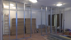 A munka a hangszigeteléshez szükséges anyagok behordása után az előtétfal szerkezetének megépítésével kezdődött.