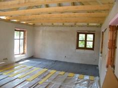 A fapadló hangszigetelését eltolásos módszerrel szereltük. Ezért minden második elem közé 20 mm lépésálló ásványgyapotot helyeztünk a padló szint kiegyenlítése céljából.