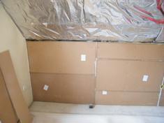 A falak gipszkarton borítását eltávolítottuk, ezt követően a térdfalakra szereltük a hanggátló rétegeket.