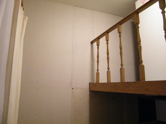 Az első előtétfalat egy galéria falára kellett szerelni. A hangszigetelés ezen az oldalon a TV és egyéb léghangokat volt hivatott csökkenteni.