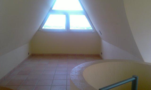 A tetőtér hangszigetelését a tervezett stúdió miatt kellett megépíteni.