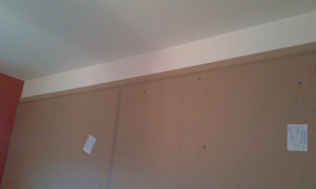 A falakra a helyhiány miatt a megrendelő kérésére egy 33- 55 mm vastag hangszigetelő réteget rögzítettünk.