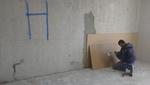 A betonfalra először a hőszigetelő réteget helyeztük el, majd az első hanggátló lapon kivágtuk az elektromos vezetékek helyeit.
