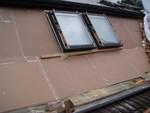 Az ablakok körül a hangszigetelő elemeket nagyon pontosan helyeztük el, ezzel is fokozva a tető hangszigetelését.