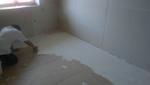 A munka utolsó lépése a burkolás előkészítése, padló glettelése speciális ragasztóval.