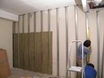 A fal és a fémszerkezet között annyi helyet hagytunk, hogy ásványgyapot szigetelést tudjunk elhelyezni. A fémszerkezet pontos beállítása és a lapok illesztése előfeltétele a minőségi hangszigetelésnek.