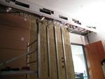 A kiváló minőségben hangszigetelt falakba épített, szigetelés nélküli ajtók rontják a teljes rendszer hanggátlását. Megrendelőnknek ezért az ajtó cseréjét javasoltuk.