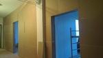 A hanggátló fal a folyosó felől már a majdnem kész állapotában látható.