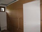 Az ajtós fal hangszigetelése is előtétfalas megoldással épült. Az egyedi megrendelés alapján készült hangszigetelő ajtót is gondos illesztéssel építettük be.