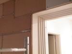 Az ajtó körüli hangszigetelés minőségét jól mutatja a közeli kép. A hanggátló lapok egymáshoz vannak ragasztva és pontos illesztéssel csatlakoznak az ajtó széléhez.