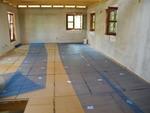 A második hanggátló réteg előkészítése az üvegszálas háló leterítésével kezdődik, amely ...