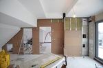 A falszerkezetbe beépítésre került a hangszigetelő ásványgyapot, amely hozzájárul a két szoba közti hanggátlási és hőszigetelési értékek növekedéséhez .