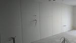 A hanggátló rétegek felépítését követően a kész gipszkarton burkolat, amelyet ragasztással és csavarozással erősítünk meg.