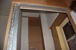 A zsilip kész az ajtó fogadására, már csak a gipszkarton burkolat egyes elemei hiányoznak.