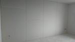 A betonfal hangszigetelése megtörtént. A végső felület a teljes gipszkarton borítás.