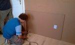 A falakra a speciális üvegszálas dűbelekkel rögzítjük a hanggátló lapokat.