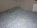 A padló hangszigetelését üvegszálas szövettel borítottuk és ragaszóba ágyaztuk.